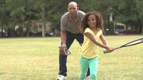 Abuelo con el hijo y la nieta que juegan a béisbol metrajes