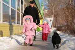 Abuelo con el niño y el perro Imagenes de archivo