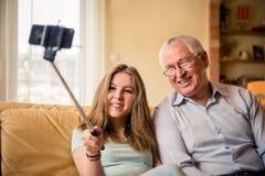 Abuelo con el selfie de la nieta Fotografía de archivo libre de regalías