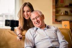 Abuelo con el selfie del nieto Fotografía de archivo libre de regalías