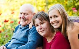 Abuelo con la enfermedad de Alzheimer imagenes de archivo