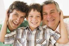 Abuelo con la sonrisa del hijo y del nieto fotos de archivo