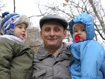 Abuelo con los nietos imagen de archivo