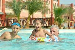 Abuelo con los nietos Fotografía de archivo
