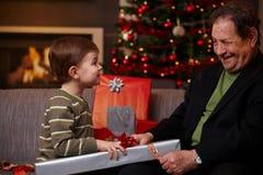 Abuelo de ayuda del pequeño muchacho Fotografía de archivo libre de regalías