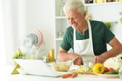 Abuelo en el cocinero de la cocina foto de archivo libre de regalías