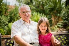 Abuelo feliz con el nieto Fotos de archivo libres de regalías