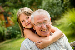 Abuelo feliz con el nieto Foto de archivo libre de regalías
