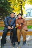Abuelo feliz en banco Foto de archivo libre de regalías