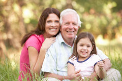 Abuelo, hija y nieta en parque Foto de archivo libre de regalías