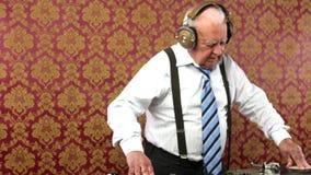 Abuelo impresionante DJ almacen de metraje de vídeo