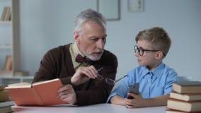 Abuelo que enseña a su nieto sobre los peligros del teléfono móvil, hueco de generación almacen de video