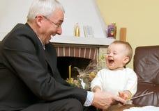Abuelo que juega con el niño Imagenes de archivo
