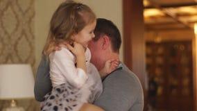 Abuelo que juega con la nieta almacen de video