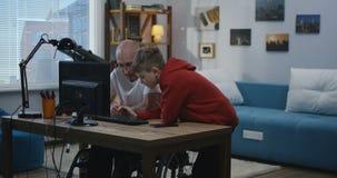 Abuelo que pide ayuda del muchacho almacen de video