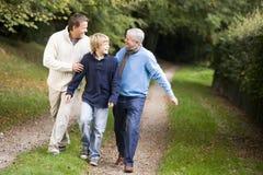 Abuelo que recorre con el hijo y el nieto foto de archivo libre de regalías