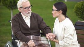 Abuelo que visita de la señora en síndrome traumático sufridor del poste del veterano de la clínica de reposo fotografía de archivo libre de regalías