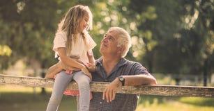 Abuelo, quiero pasar el día de fiesta entero aquí con usted en imágenes de archivo libres de regalías