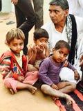 Abuelo rural de la India con los niños imagenes de archivo