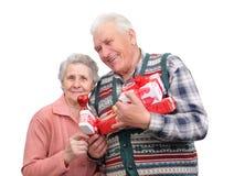 Abuelo y abuela con los regalos Imagenes de archivo