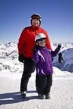 Abuelo y muchacha que disfrutan de deportes de invierno Imágenes de archivo libres de regalías