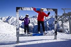 Abuelo y muchacha que disfrutan de deportes de invierno Imagenes de archivo