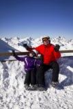 Abuelo y muchacha que disfrutan de deportes de invierno Imagen de archivo