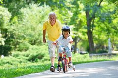 Abuelo y niño felices en parque Imagen de archivo libre de regalías