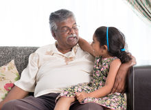 Abuelo y nieta que comunican Imagenes de archivo