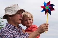 Abuelo y nieto fotografía de archivo