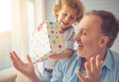 Abuelo y nieto fotos de archivo