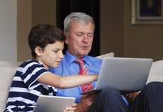 Abuelo y nieto en casa Foto de archivo libre de regalías