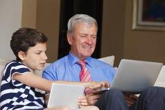 Abuelo y nieto en casa Fotos de archivo