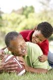 Abuelo y nieto en parque con el balompié Imagen de archivo