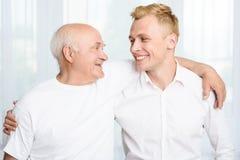 Abuelo y nieto que se abrazan Foto de archivo libre de regalías