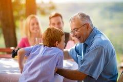 Abuelo y nieto que se divierten Imagen de archivo libre de regalías