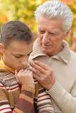 Abuelo y nieto tristes Foto de archivo libre de regalías