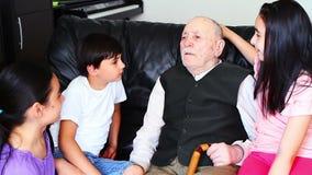 Abuelo y nietos almacen de metraje de vídeo
