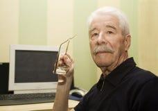 Abuelo y ordenador Imagen de archivo