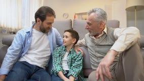 Abuelo y pap? que comparten experiencia con el muchacho del preadolescente, l?mites de la familia, unidad almacen de video
