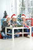 Abuelos con el muchacho que se prepara para la Navidad Imagen de archivo libre de regalías