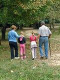 Abuelos con los nietos en bosque Fotos de archivo libres de regalías