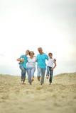 Abuelos con los nietos en la playa Fotografía de archivo libre de regalías