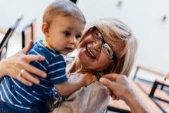 Abuelos con su nieto en el café Fotos de archivo