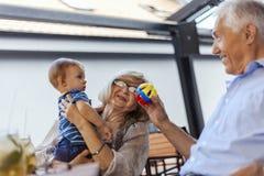 Abuelos con su nieto en el café Imágenes de archivo libres de regalías