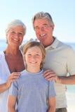 Abuelos con su nieto en la playa Foto de archivo