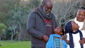 Abuelos con sus nietos felices almacen de video