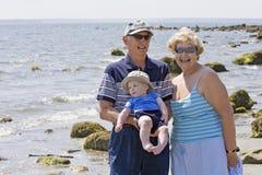Abuelos en la playa imagenes de archivo