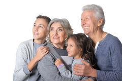 Abuelos felices con los niños foto de archivo