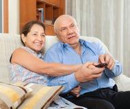 Abuelos felices de los pares en la casa Imagen de archivo libre de regalías